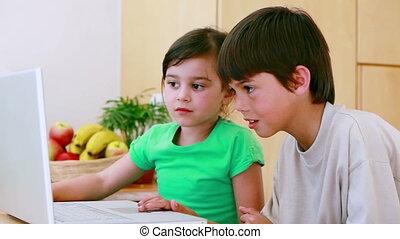 frères soeurs, ordinateur portable, dactylographie, heureux
