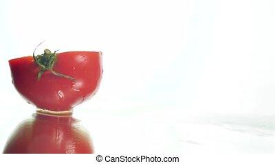 frais, concept, mouvement, rouges, lent, deux, organique, végétarien, vidéo, tomate, ou, réflecteur, culinaire, vegan., dédoubler, mouillé, nourriture., fond, nutrition, sain, tomber, cuisine, slices., surface, closeup, parfait