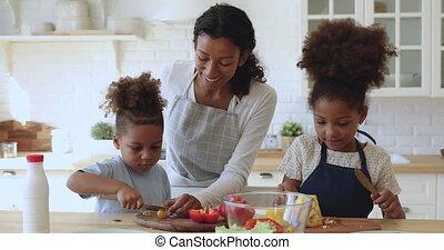 frais, gosses, jeune, vegetables., maman, américain, africaine, découpage, peu, enseignement