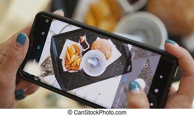 frire, avoir, hamburger, cola., cafe., téléphone, prendre, sommet, touriste, nourriture, brunch, ou, utilisation, images, déjeuner, vue, francais, femme, jeûne, temps, girl