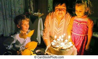 gâteau, bougies, souffler, famille, dehors
