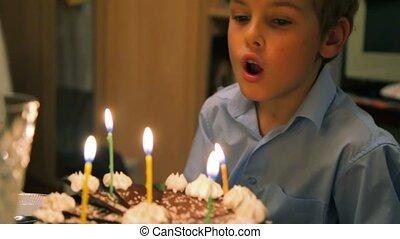 gâteau, garçon, eteindre bougies
