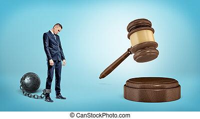 géant, leashed, stands, triste, frapper, petit, balle, fer, juge, homme affaires, gavel.