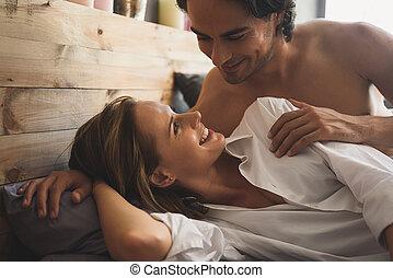 gai, couple, réveiller, regarder, autre, chaque