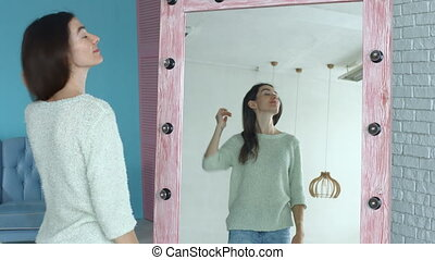 gai, femme, reflet, regarder, miroir, elle-même