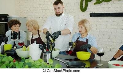 gai, gens, salade, cuisine, mélange, apprécier, classe, cuisine, activité, légumes