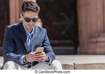 gai, téléphone, sourire, homme affaires, dactylographie