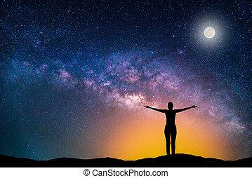 galaxy., femme, silhouette, ciel nuit, lune, étoiles, manière, laiteux, mountain., paysage, heureux