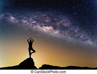 galaxy., femme, silhouette, manière, ciel nuit, étoiles, laiteux, pratiquer, yoga, mountain., paysage