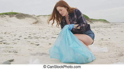 gants, porter, déchets, femme, latex, regarder, plage, caucasien, ramassage