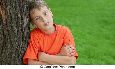 garçon, été, arbre, penche, closeup, contre, jour, sourire, vue