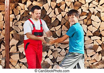 garçon, adolescent, bois brûler, père, portion, pile