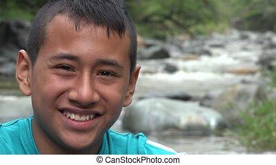 garçon, adolescent, rivière, sourire