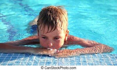garçon, bord, clings, piscine