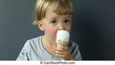 garçon, charmer, manger, cône, glace