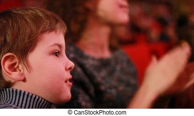 garçon, cirque, impressionable, chaise, assied, auditorium