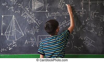 garçon, confiant, appareil photo, pendant, sourire, latino, leçon, math