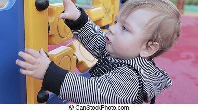 garçon, cour de récréation, bébé