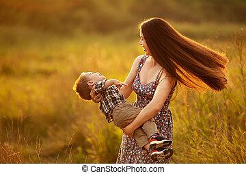 garçon, enfantqui commence à marcher, heureux, mère