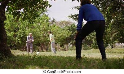 garçon, famille, football, 12-happy, papy, grand-maman, jouer
