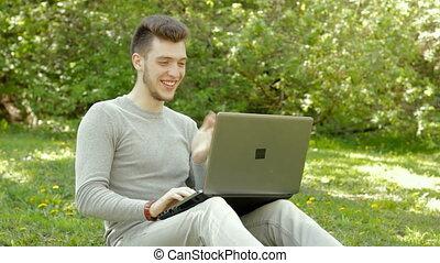 garçon, fonctionnement, ordinateur portable, jeune, rire, heureux