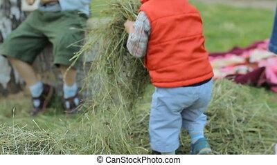 garçon, haut, jets, foin, autre, emplacement, autre, jouer, sélectionne, hay., enfants, il