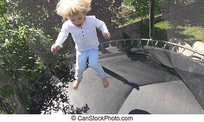 garçon, lent, vieux, blonds, trampoline., trois, années, saut, avoir, enfant, cheveux, fun., mouvement