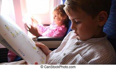 garçon, lire, instruction, règles, avion, sécurité, comportement, girl