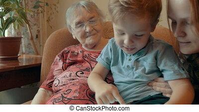 garçon, mère, tampon, jouer, granmother