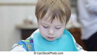 garçon, mange, bébé, spaghetti