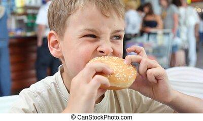 garçon, manger, café, hamburger, caucasien