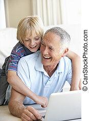 garçon, ordinateur portable, jeune, informatique, utilisation, homme aîné