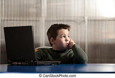 garçon, ordinateur portatif, fonctionnement