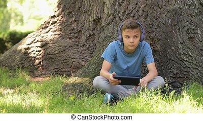 garçon, parc, tablette