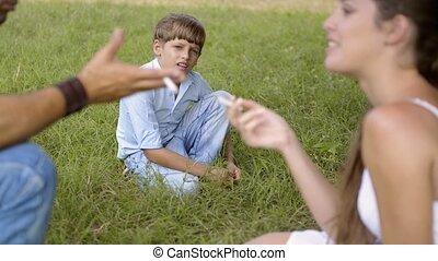 garçon, parents, cigarette fumant
