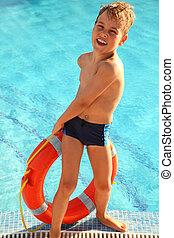 garçon, peu, gai, récupérations directes, piscine, dehors, rouges, bouée