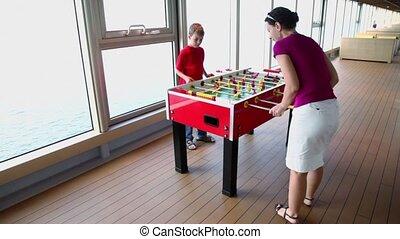 garçon, peu, jeux, football, mère, table