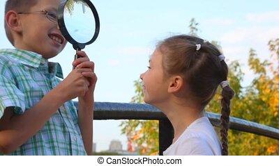 garçon, peu, jeux, verre, girl, magnifier