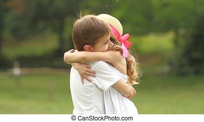 garçon, peu, lent, prend, elle, bras, mouvement, park., ainsi, ils, girl, rotation