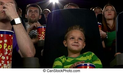 garçon, peu, manger, cinéma, film, regarder, pop-corn