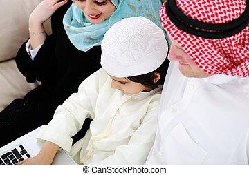 garçon, peu, ordinateur portatif, parents, maison, arabe
