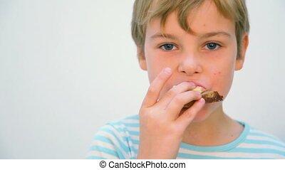 garçon, sandwich, manger, contre, fond, blanc