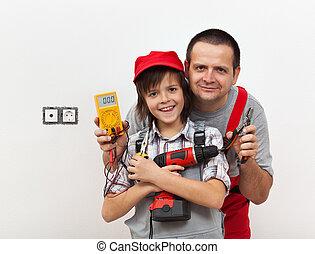 garçon, sien, électricité, père, travail, quelques-uns, prêt