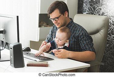 garçon, sien, père travaillant, jeune, bébé, maison