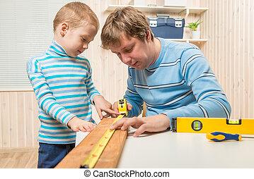 garçon, sien, travail, père, charpentier, aides
