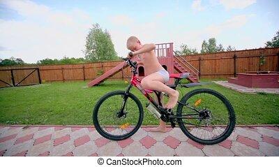 garçon, slip, tour vélo, route, propriété