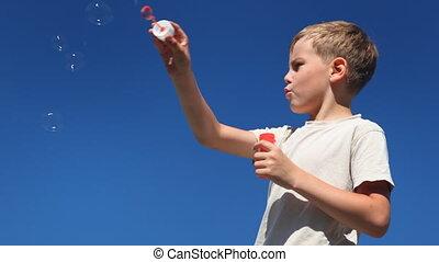 garçon, souffler, juste, alors, main, gonfle, vague, bouche, bulles, premier