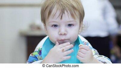 garçon, spaghetti, mange, bébé