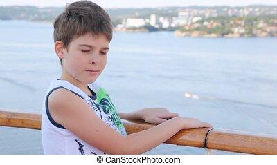 garçon, stands, pont, contre, après-midi, mer, bateau, ville