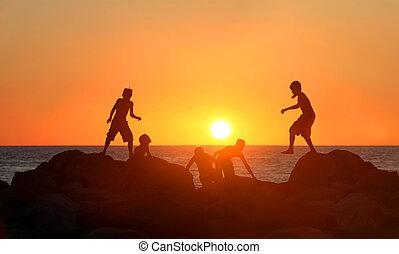 garçons, plage, jouer